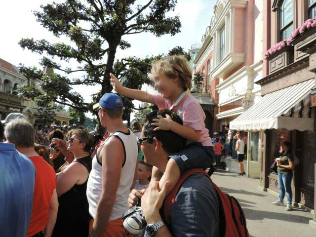 Crowds overlooking at the parade in Disneyland Paris