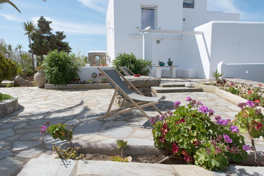 An outdoor patio in a typical cycladic housing complex in Mykonos. Image by Antonis Drakakis.