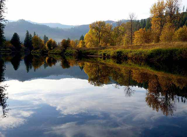 A lake with surrounding nature in autumn colors