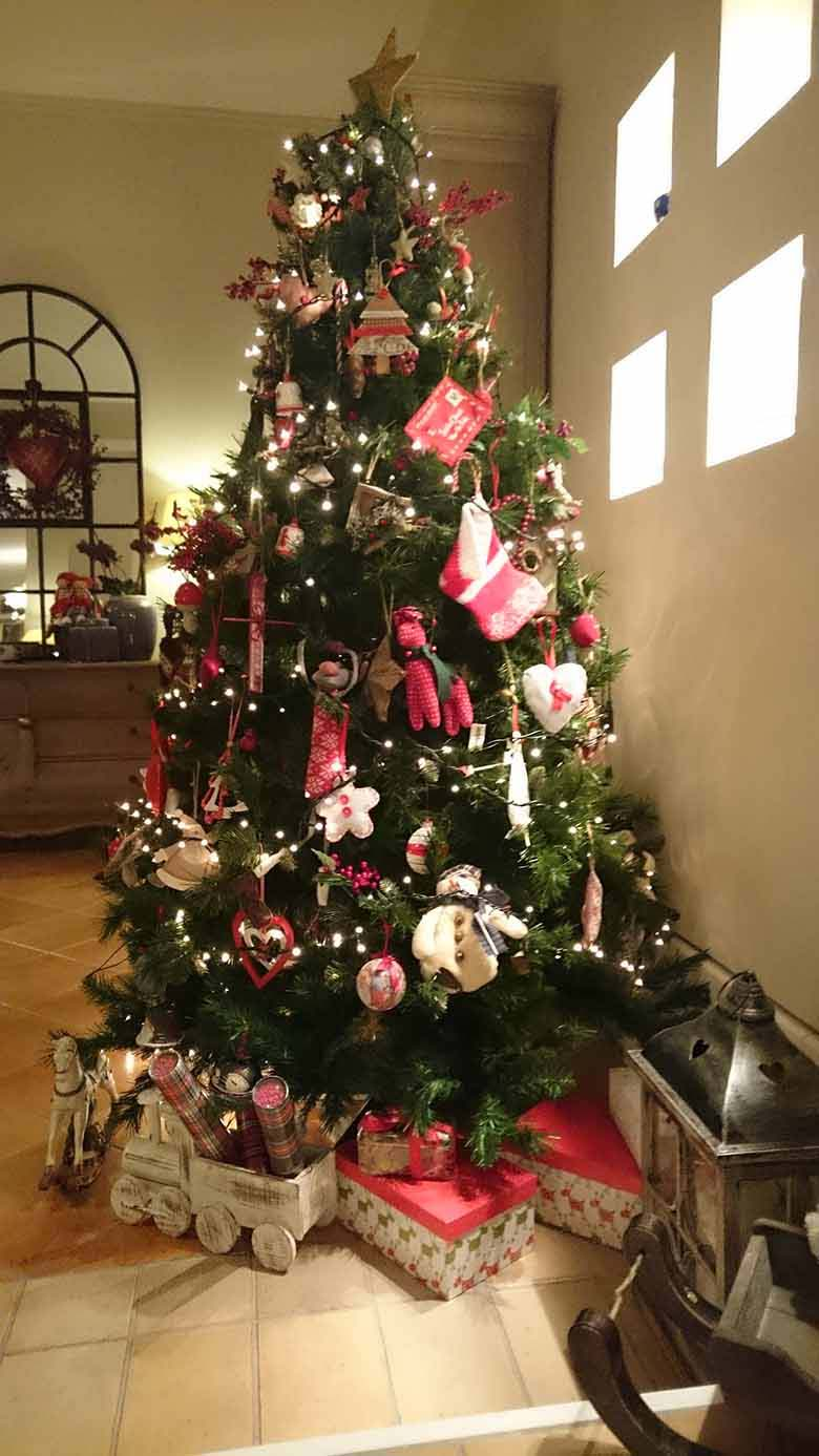 Elisabeth's Christmas tree in the foreground and a glimpse of her sideboard in the background. Image by Velvet for Te Esse.