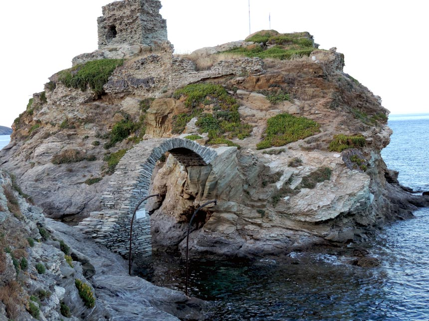 The rocky tip of the peninsula at Andros town. Image by Velvet.
