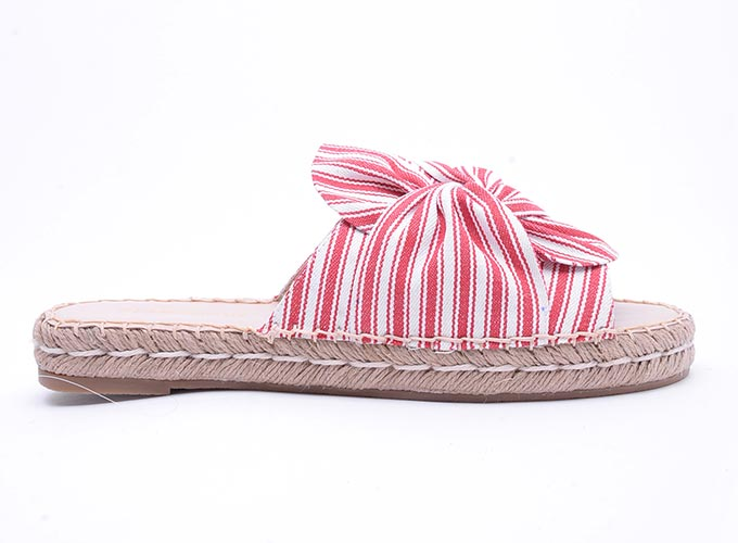 A slider with the red and white striped bow on it. Image by Glamorous.