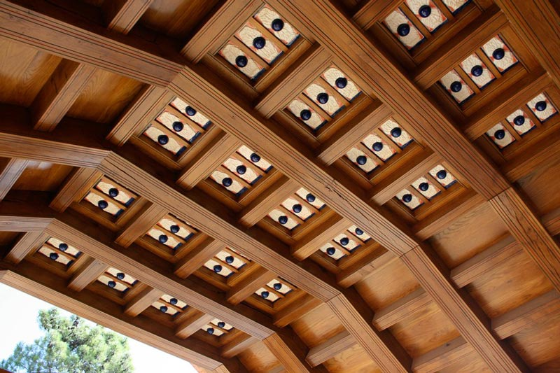 View of a timber roof over an entryway with ceramic tiles as decor. Image by G. Vega.