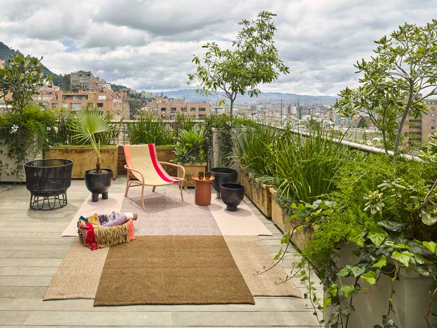 The maraca chair on top of the nobsa rug surrounded by barro ceramics situated on a roof terrace