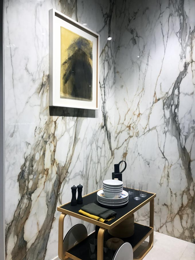 View of a corner with large format marble tiles installed during the Cersaie 2019 by Marazzi.