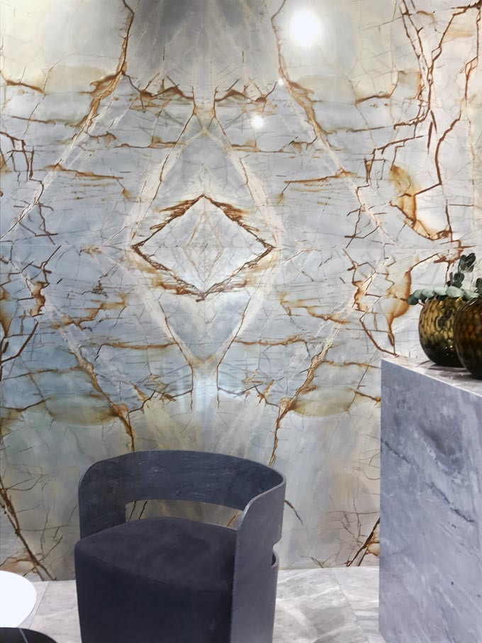Another stunning looking large format marble tiled wall with intense veins and color shades from a trade's installation at Cersaie 2019.