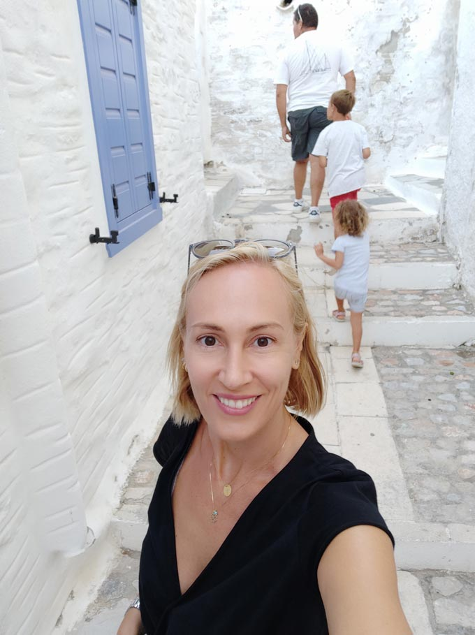 Velvet taking a selfie in a lane of Ano Syros.