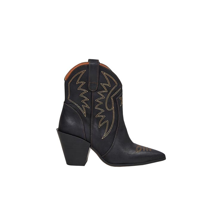 A Western black boot. Image via Office.